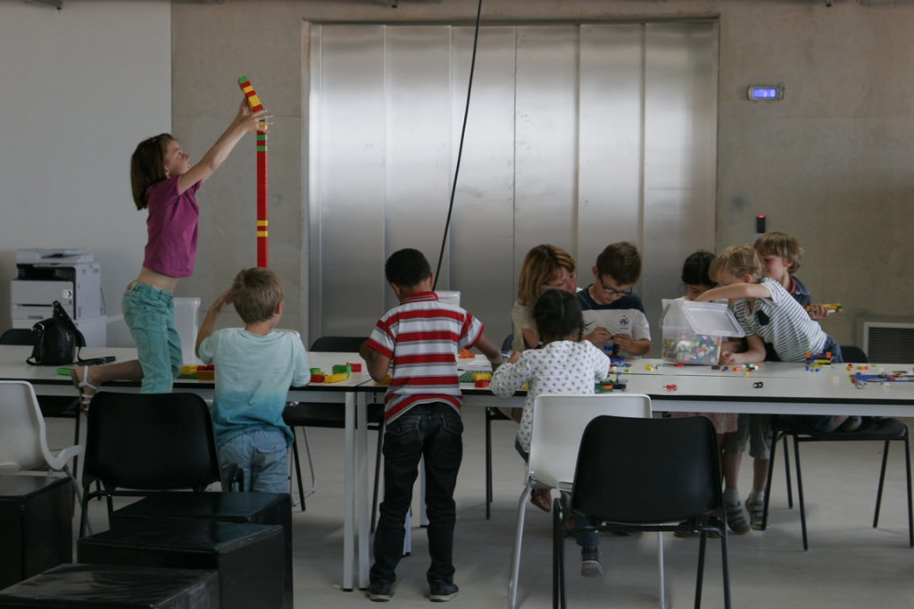 Vers les sommets. Un enfant teste les limites de son imagination... et de la longueur de ses bras.